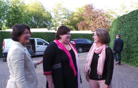 Emmily Talpe en Sabien Lahaye-Battheu ontvangen Maggie De Block in De Lovie te Poperinge