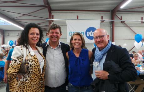 Emmily Talpe naast gedeputeerde Carl Vereecke en toenmalig staatssecretaris Bart Tommelein