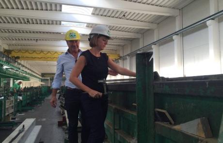Emmily aan het werk bij Valcke Prefab Beton