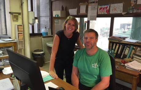 Emmily Talpe samen met een van de teamverantwoordelijken bij Valcke