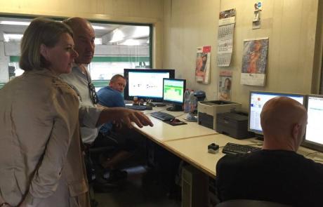 Emmily Talpe krijgt toelichting in de controlekamers van Valcke