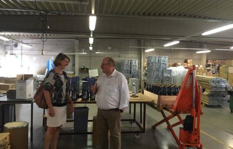 Emmily Talpe krijgt toelichting van Sowepo-bedrijfsleider Walter Bilcke
