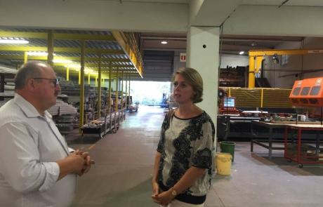 Emmily Talpe in gesprek met de bedrijfsleider van Sowepo