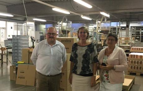 Emmily Talpe samen met de bedrijfsleider en personeelsverantwoordelijke van Sowepo