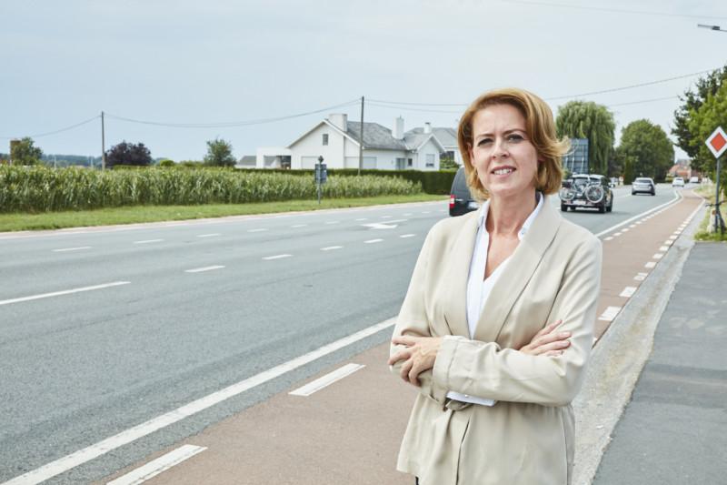 Emmily Talpe langs de N8 in Brielen